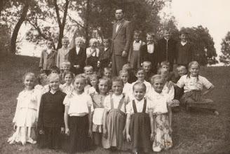 Photo: Kierownik szkoły w Rogoźniku Stanisław Skowron z uczniami.  Zdjęcie udostępnił ks. Paweł Skowron.