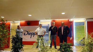 Photo: Au centre, Sébastien Jumel, maire de Dieppe, à sa droite, Gaëtan Deregnaucourt, président de l'Echiquier Dieppois, à gauche, Diego Salazar, président de la FFE