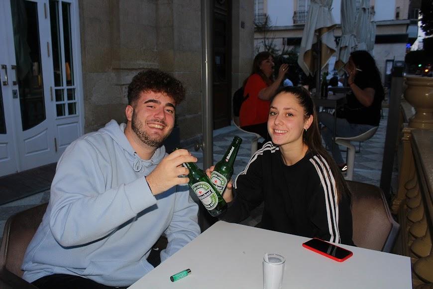Brindando en pareja en Burana, en el Paseo de Almería.