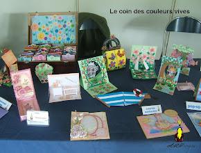 Photo: Le coin des couleurs vives cartes balançoiresn, pupitre, origami, marionnettes à doigts