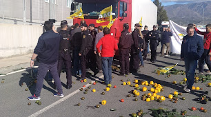 Agricultores impiden salida camiones puerto.