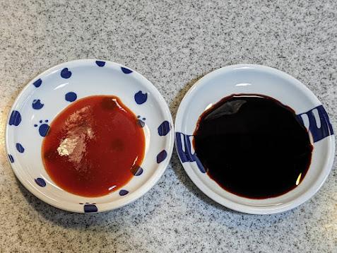 2種類のかけだれ 左に赤 右に黒