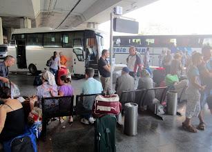 Photo: Skopjen linja-autoasemalla, lähdössä Pristinaan vasemmalla näkyvällä pikkubussilla - isompi bussi oikealla oli lähdössä Sveitsiin