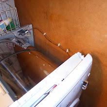 Photo: Deckel und rechte Seitenabdeckung entfernt. Auch so ist der Trockner lauffähig. Zum Entfernen der Seitenwand muss zuletzt eine Schraube rechts hinten am Boden gelöst werden; wie man das ohne Kippen machen soll?