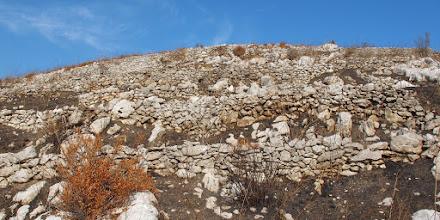 """Photo: muretti a secco e """"scogli"""" a monte del Vuallariello"""