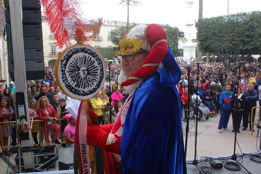 El Dios Momo, Eduardo Ronda, preparado para leer su Testamento ante una llena Plaza Vieja.