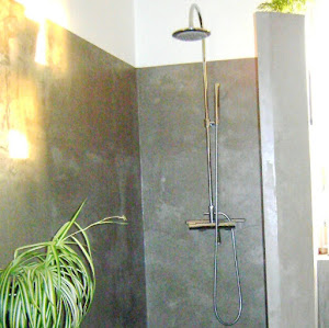 je relooke ma douche de salle de bain en douche à l'italienne en béton ciré avec kit béton ciré complet avec produits béton ciré de qualité profesionnelle pour réaliser sa douche à l'Italienne