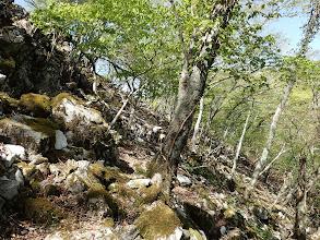 石灰岩の岩場は右からトラバース
