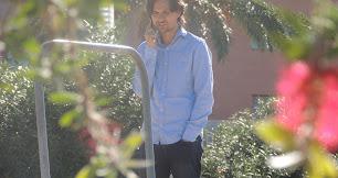 Ibán Andrés, en el Anexo, hablando por teléfono.