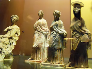 Photo: Typical Tanagra statuettes .......... Typische Tanagra beeldjes