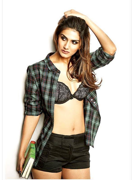 Vaani Kapoor navel photos, Vaani Kapoor in shorts, Vaani Kapoor with books, Vaani Kapoor sexy photos, Vaani Kapoor in bra