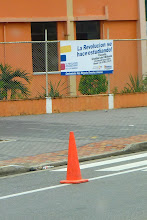 """Photo: Sign outside the new school:  """"La Revolucion se hace estudiando"""" - """"The Revolution is made by studying"""""""