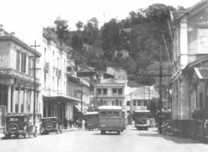 Photo: Rua Dr. Porciúncula. À direita, Estação Ferroviária Leopoldina e, à esquerda, lojas comerciais. Mais a frente, ainda à esquerda, vemos o relógio da Casa Comércio, que sobrevive até os dias atuais. Foto da década de 30