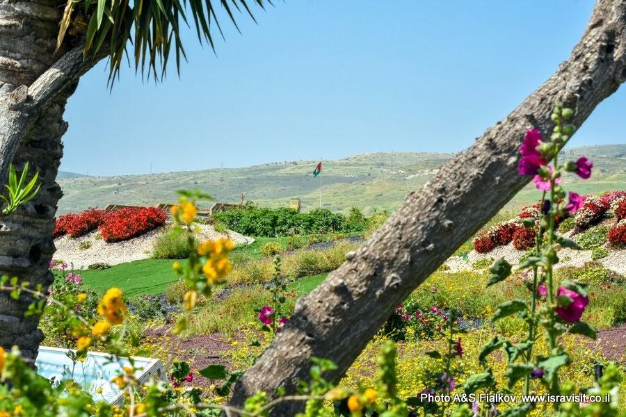 """Мемориал """"Холм сорванных цветов"""" в Наараим у """"Острова мира"""" на израильско-иорданской границе. Экскурсии в Израиле."""