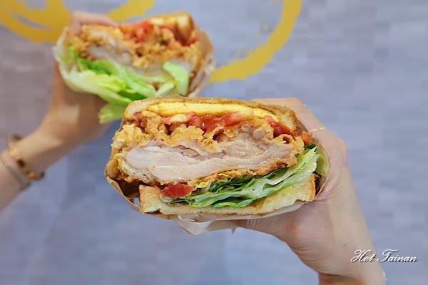 鯊魚咬吐司學士店炸雞開賣啦,大口咬神厚切炸雞三明治超好吃,搭配招牌木瓜牛奶最對味~