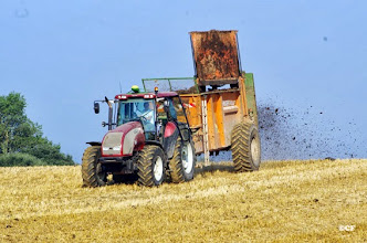 Photo: Travaux agricoles : épandage de fumier