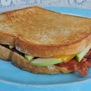 Apple Bacon Cheddar Grilled Cheese #GrilledCheese.