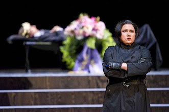 Photo: GÖTTERDÄMMERUNG in Lübeck. Inszenierung Anthony Pilavachi. Premiere 5.9.2010. Jürgen Müller (Siegfried), Rebecca Teem (Brünnhilde). Foto: Oliver Fantitisch