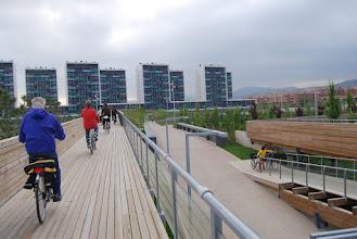 Photo: arribant al parc nou de Viladecans, al costat d'aquests 10 blocs de pisos tant alts i que no m'agraden! Desentonen amb el paisatge.