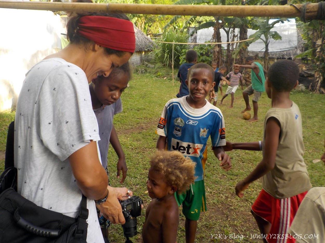 Marina mostra le foto ai bimbi di Loltong - Pentecoste
