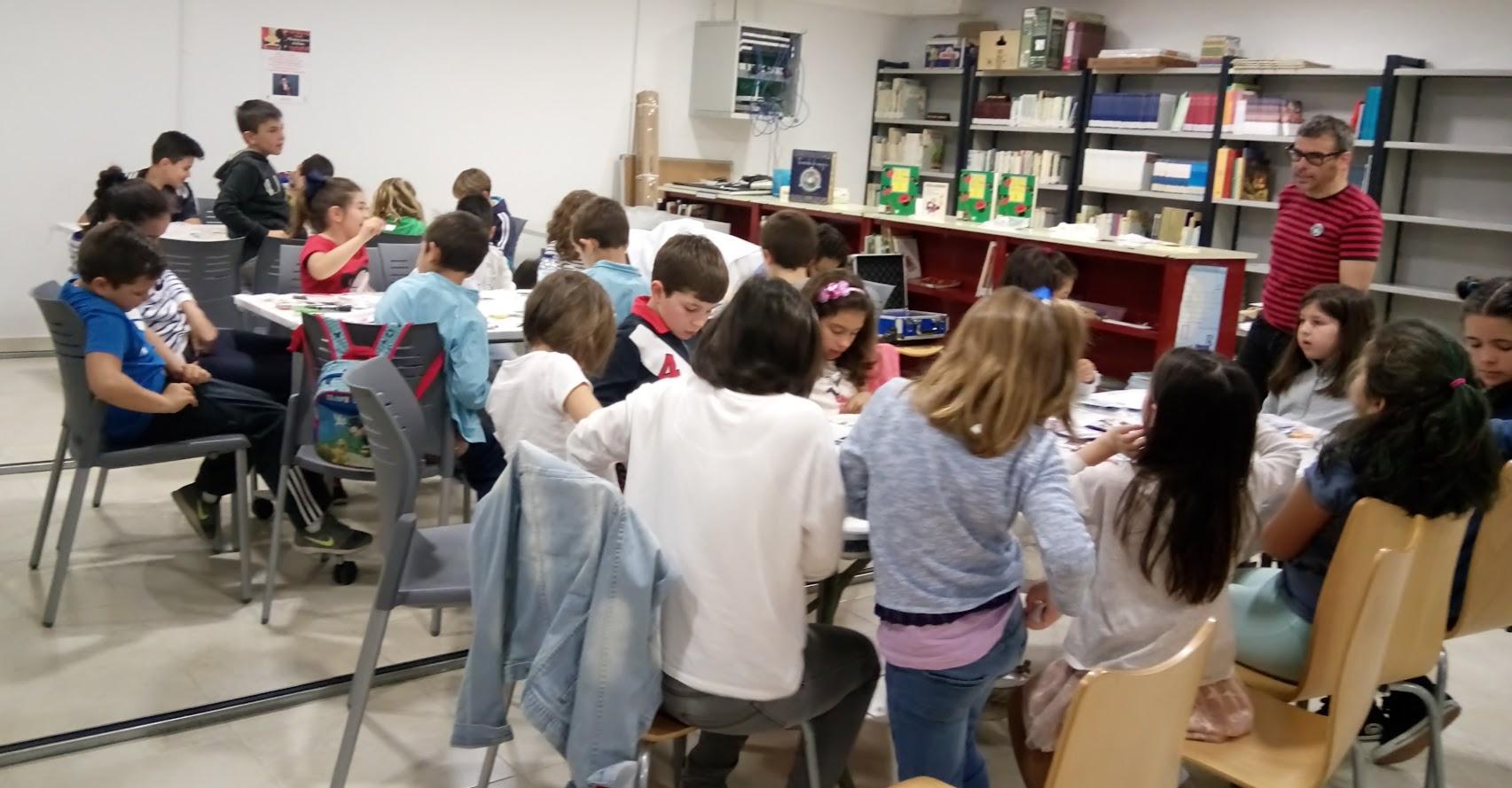 sala con público infantil aprendiendo ilusionismo