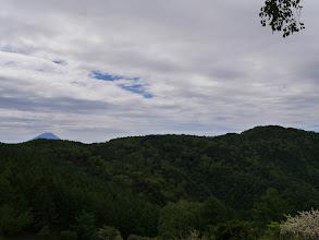 右に櫛形山山頂と富士山