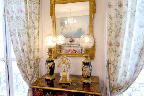 Avenue de New York serviced apartments dressing table