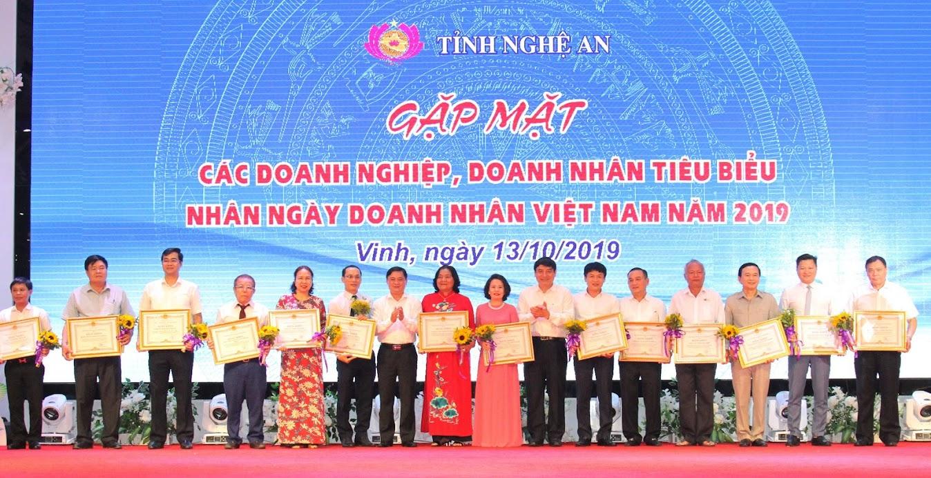 Lãnh đạo tỉnh trao tặng Bằng khen cho 15 doanh nghiệp có thành tích xuất sắc