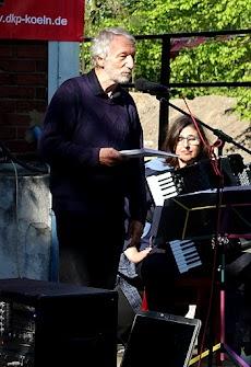 Erich Schaffner deklamiert, Beate Jatzkowski begleitet ihn auf dem Akkordeon.