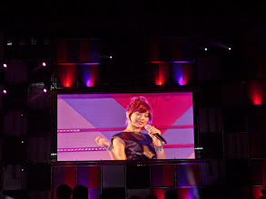 Photo: Nicole singing despite her injury