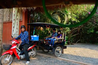 Photo: 7- Le lendemain, nous louons le services de tuk-tuk pour entamer notre visite. Rapide et agile, le tuk-tuk est un moyen de transport omniprésent à Siam Reap en raison de l'afflux de touristes. Attention : négociez vos tarifs avant la course.