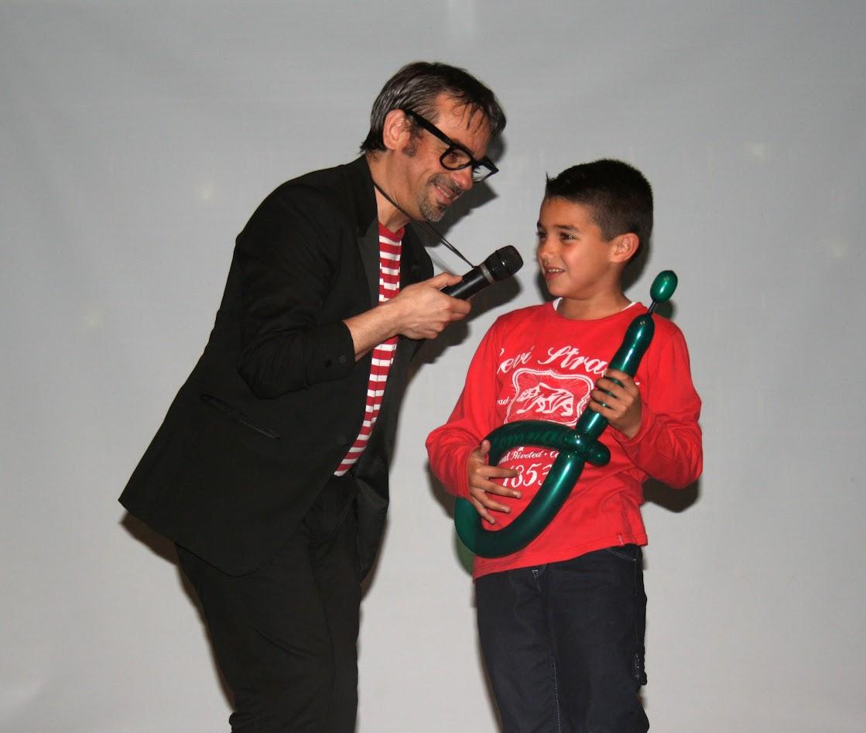 magia con guitarra de globoflexia escenario niño
