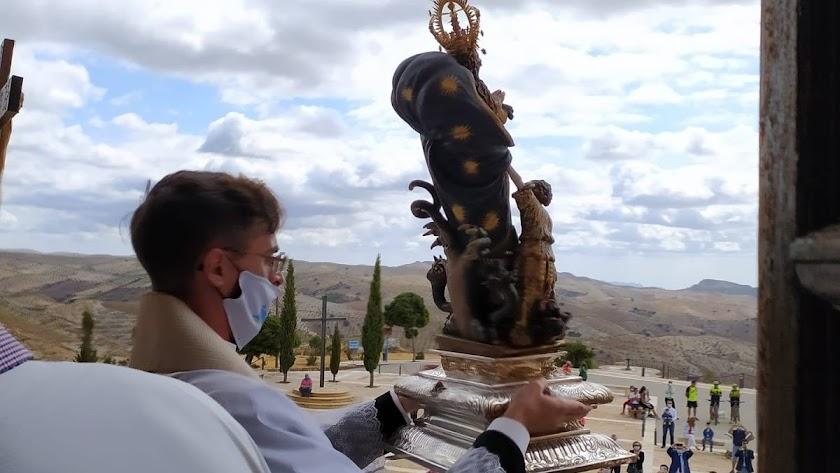 La Virgen del Saliente en el balcón, como muestra la fotografía de José Mª Sánchez del Águila.