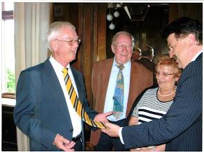 Photo: Landrat Klaus Peter Söllner freut sich darüber, dass ich die Landkreiskrawatte trage. In der Mitte zwei gute Freunde aus Kasendorf: Friedlinde und Heinz.