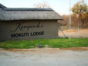"""Photo: #009-Le Mokuti Lodge est situé tout proche de l'entrée Est """"Manutoni"""" à Etosha National Park"""