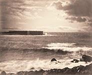 donker, vierkant, gebouw in midden van woelige zee