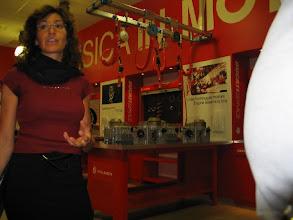 """Photo: Signora Brandazza, Projektkoordination, erläutert ein ganz aktuelles Projekt der Ducati-Stiftung: """"Fisica in moto""""."""
