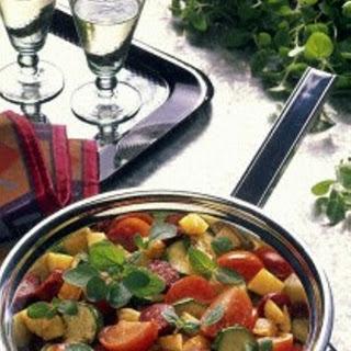 Kartoffelpfanne mit Tomaten, Cabanossi, Zucchini und Oregano