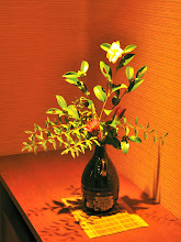 "Photo: 百楽荘 女将さん作?生け花 ""Okami's created? Flower arrangement"""