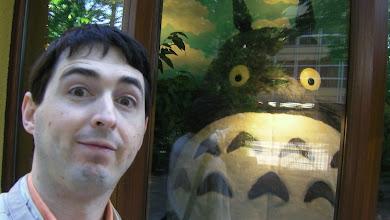 Photo: Totoro y un muñeco grande