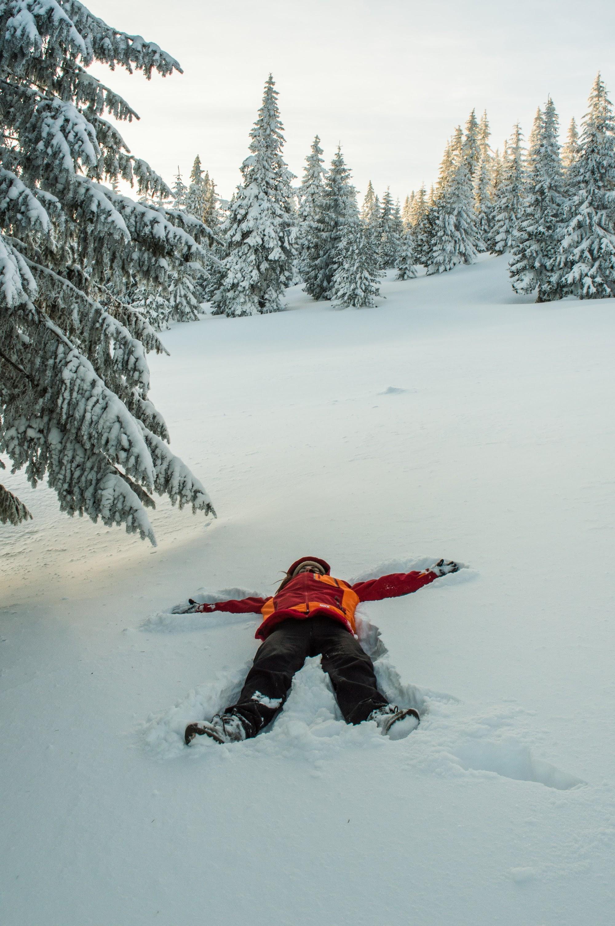Марічка робить снігових янголів