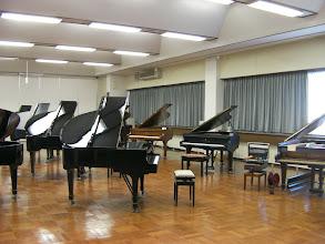 Photo: 浜松ピアノショールームでは、最良の環境でピアノを選べるように音響も響きすぎないよう天井の形にもこだわりがあります。斜めになっていてダイレクトに跳ね返らないようになっています。http://www.pianoya.net/pianoya_139.htm