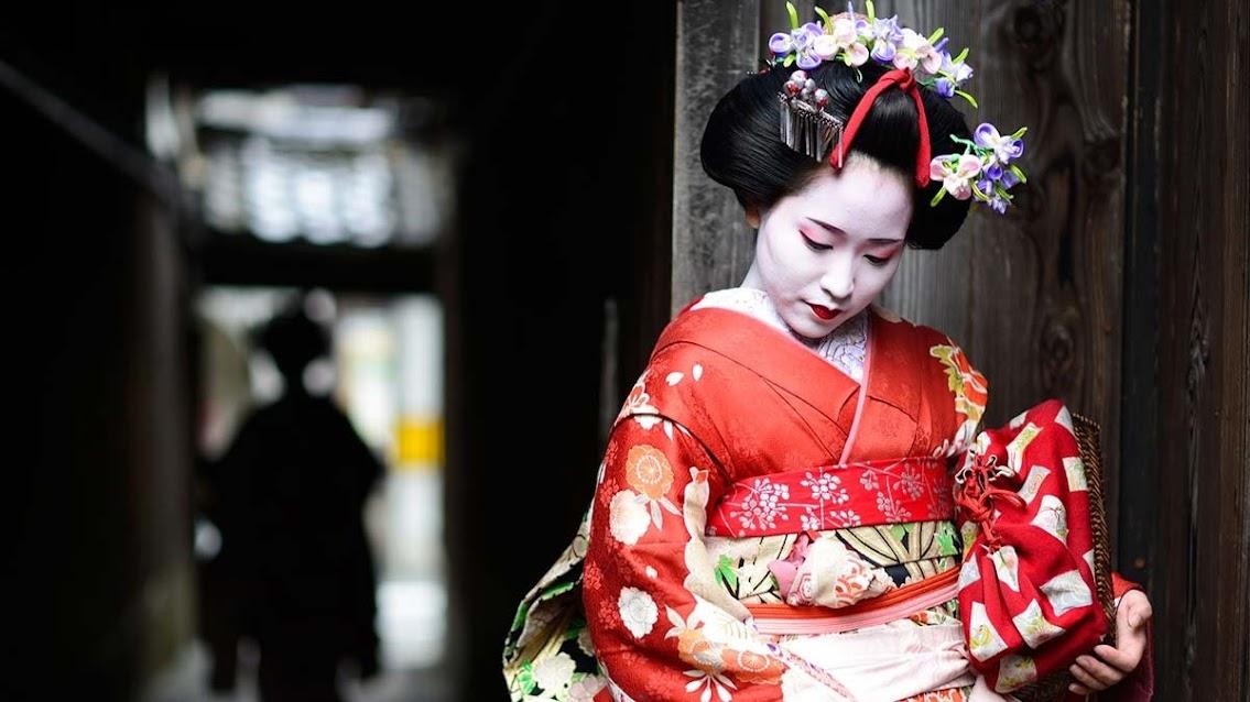 Geisha posando en su Okiya para foto