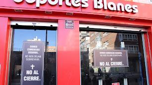 Los comerciantes muestran su desacuerdo al cierre con carteles en los escaparates.