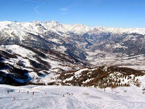 Photo: Vue d'ensemble du domaine skiable propre à la station de Risoul, dans les alpes du Sud.