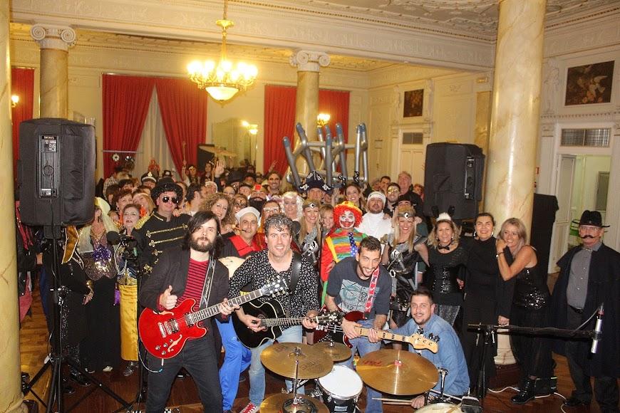 La banda \'Generación BETA\' junto a los asistentes a la cena-baile de Carnaval.