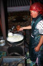 Photo: 03395 ブルド/ハスバター家/ウルム(乳製品)作り/杓子ですくいながら火にかけると泡立つ。火からおろして放置し、翌日に出来あがる。
