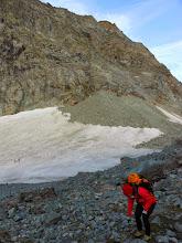 Photo: A Pian del Gias abbandoniamo il sentiero che porta verso il Ps. Collerin ,traversando su neve e sfasciumi ci portiamo sulla sponda DX.