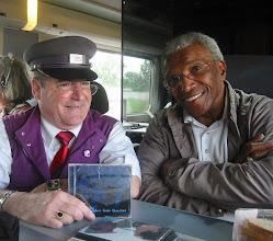 Photo: Sur le TGV 8524 de Hendaye à Paris Montparnasse , à un instant du voyage Clyde Wrigt véritable monument du Gospel (second ténor membre depuis 1954 du Golden Gate Quartet) offre son dernier album à Jeannot chef de bord