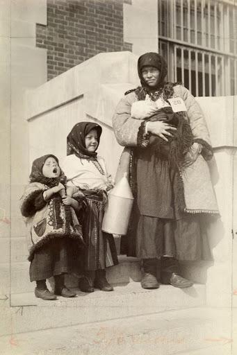 Ngày của mẹ, ngắm những bức ảnh về mẹ đẹp nhất trong suốt 100 năm qua - Ảnh 11.